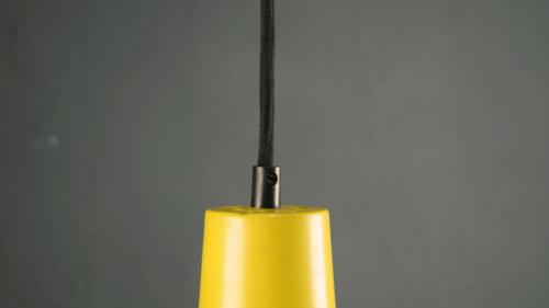 Gelbe Zugpendelleuchte